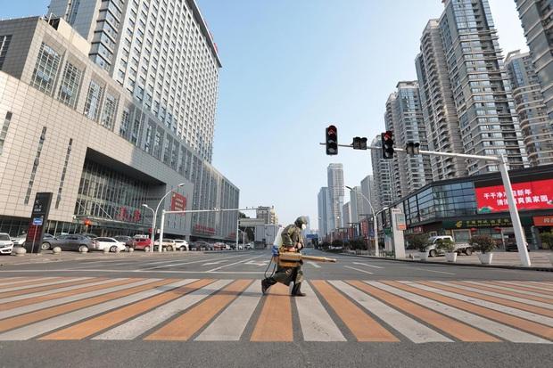 Cảnh tượng hiếm thấy: Hàng triệu người trở lại làm việc nhưng các siêu đô thị Trung Quốc vẫn chìm trong hôn mê vì dịch Covid-19 - Ảnh 18.