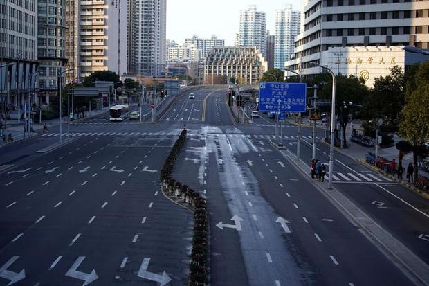 Cảnh tượng hiếm thấy: Hàng triệu người trở lại làm việc nhưng các siêu đô thị Trung Quốc vẫn chìm trong hôn mê vì dịch Covid-19 - Ảnh 7.