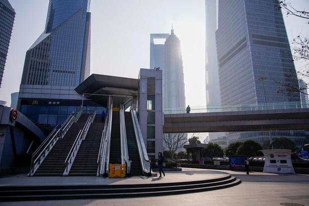 Cảnh tượng hiếm thấy: Hàng triệu người trở lại làm việc nhưng các siêu đô thị Trung Quốc vẫn chìm trong hôn mê vì dịch Covid-19 - Ảnh 9.