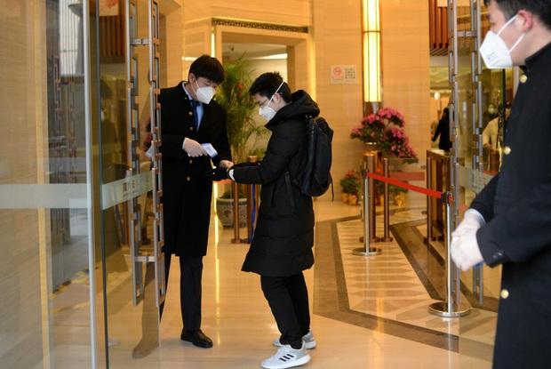 Cảnh tượng hiếm thấy: Hàng triệu người trở lại làm việc nhưng các siêu đô thị Trung Quốc vẫn chìm trong hôn mê vì dịch Covid-19 - Ảnh 15.