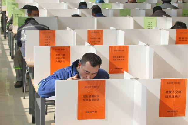 Cảnh tượng hiếm thấy: Hàng triệu người trở lại làm việc nhưng các siêu đô thị Trung Quốc vẫn chìm trong hôn mê vì dịch Covid-19 - Ảnh 16.