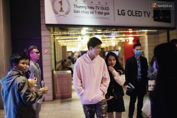Bất chấp dịch virus Corona, giới trẻ Hà Nội vẫn đổ ra đường đông nghịt trong tối Valentine - Ảnh 18.