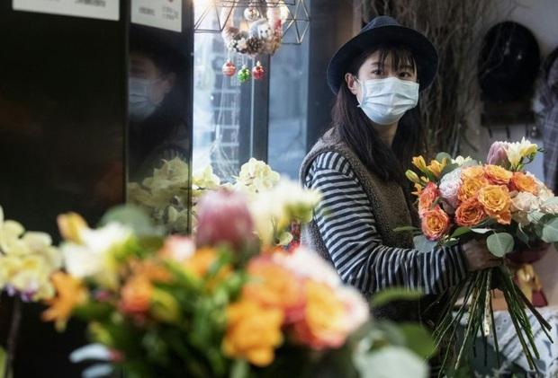 Valentine giữa dịch virus corona: Hàng triệu cặp đôi bật chế độ yêu xa, chùm hoa khẩu trang trở thành món quà trendy hàng đầu - Ảnh 1.