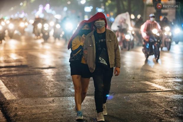 Bất chấp dịch virus Corona, giới trẻ Hà Nội vẫn đổ ra đường đông nghịt trong tối Valentine - Ảnh 10.