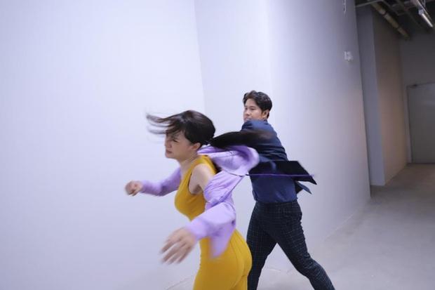 Hương Giang tái sử dụng bộ jumpsuit gợi cảm từng thi Vietnam Idol để đi... đánh nhau trong phim mới? - Ảnh 8.