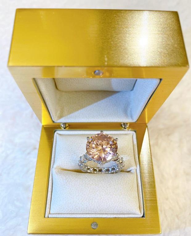 Phạm Hương vừa bổ sung vào BST kim cương một chiếc nhẫn khủng: Sang chảnh thế này thì ai làm lại chị! - Ảnh 2.