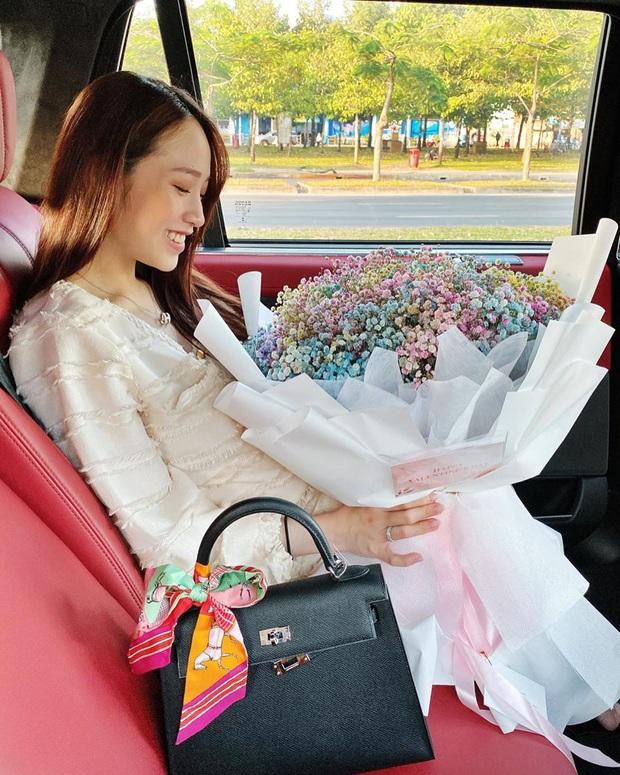 """Quà Valentine đáng thèm muốn của sao Việt – Hàn: Jisoo có túi Dior """"hàng thửa"""", Sĩ Thanh khoe combo đồ hiệu màu hường từ bạn trai - Ảnh 5."""