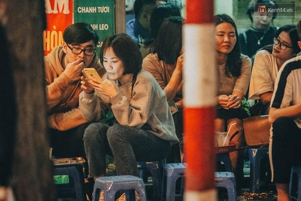 Bất chấp dịch virus Corona, giới trẻ Hà Nội vẫn đổ ra đường đông nghịt trong tối Valentine - Ảnh 20.