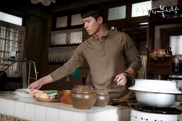 Anh quân nhân Hyun Bin: Tủ đồ hiệu chẳng kém người tình, bất ngờ nhất là chiếc sơ mi chỉ vài trăm khiến hội chị em loạn nhịp - Ảnh 1.