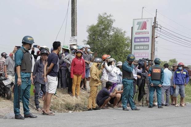 Người dân nghỉ làm, đội nắng tập trung tại hiện trường vụ vây bắt Tuấn khỉ - Ảnh 2.