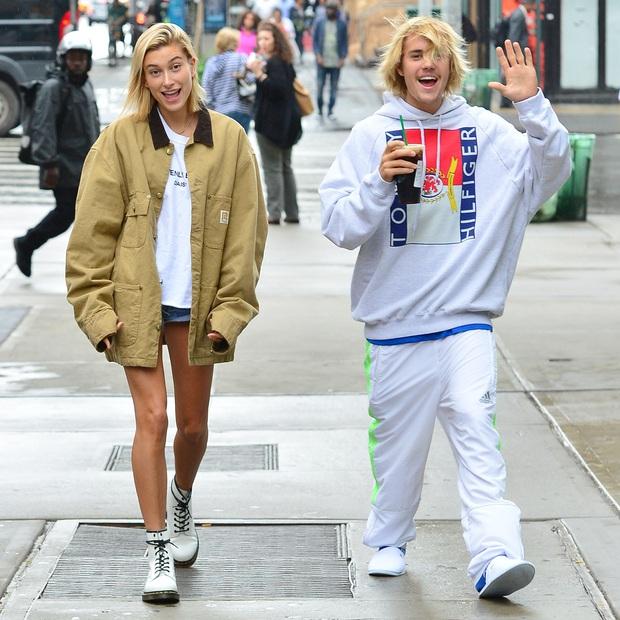 Đồng điệu tâm hồn nhưng style của vợ chồng Justin Bieber lại cực lạc quẻ: Vợ luôn long lanh chỉn chu, chồng lại bô nhếch như ông chú nhà bên - Ảnh 3.