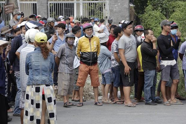 Người dân nghỉ làm, đội nắng tập trung tại hiện trường vụ vây bắt Tuấn khỉ - Ảnh 3.