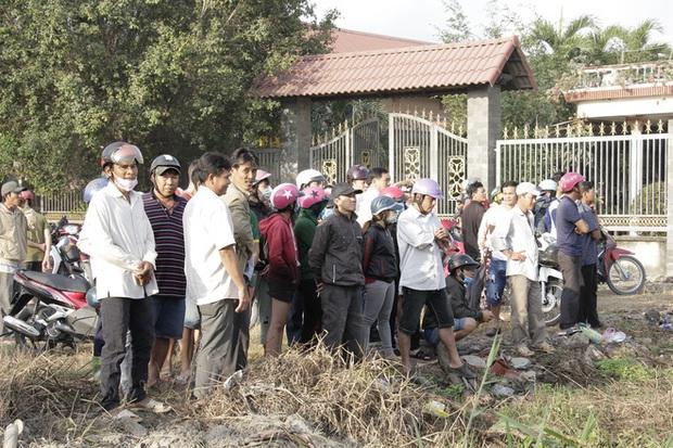 Người dân nghỉ làm, đội nắng tập trung tại hiện trường vụ vây bắt Tuấn khỉ - Ảnh 4.