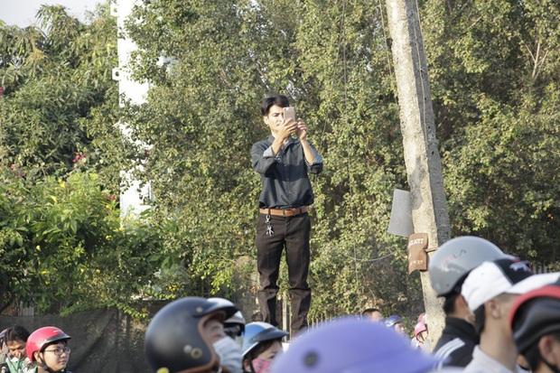 Người dân nghỉ làm, đội nắng tập trung tại hiện trường vụ vây bắt Tuấn khỉ - Ảnh 7.