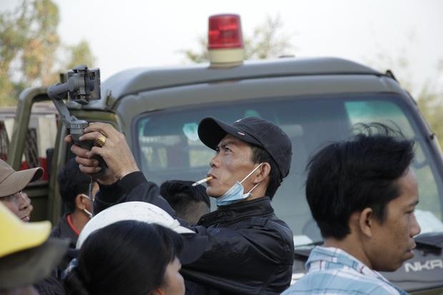 Người dân nghỉ làm, đội nắng tập trung tại hiện trường vụ vây bắt Tuấn khỉ - Ảnh 8.