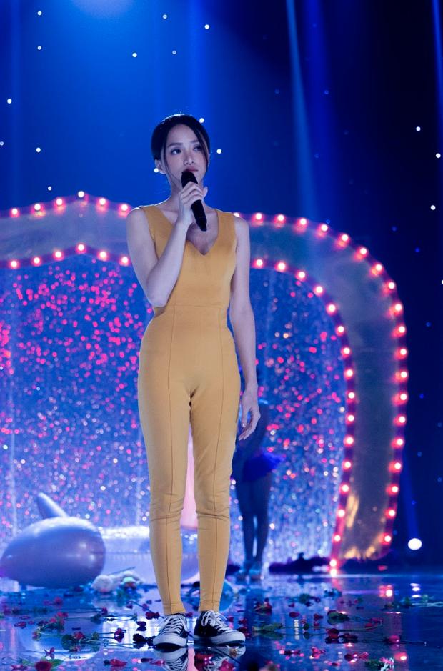 Hương Giang tái sử dụng bộ jumpsuit gợi cảm từng thi Vietnam Idol để đi... đánh nhau trong phim mới? - Ảnh 5.