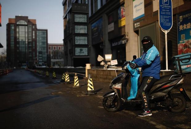 Cảnh tượng hiếm thấy: Hàng triệu người trở lại làm việc nhưng các siêu đô thị Trung Quốc vẫn chìm trong hôn mê vì dịch Covid-19 - Ảnh 3.