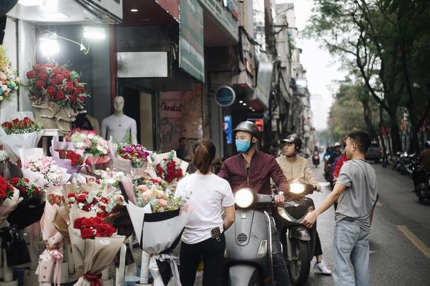 Valentine mùa dịch: Ai cũng khẩu trang kín mít, hàng hoa quà năm nay thất thu ghê - Ảnh 3.
