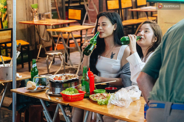 Bất chấp dịch virus Corona, giới trẻ Hà Nội vẫn đổ ra đường đông nghịt trong tối Valentine - Ảnh 14.