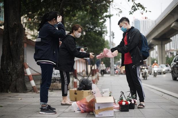 Valentine mùa dịch: Ai cũng khẩu trang kín mít, hàng hoa quà năm nay thất thu ghê - Ảnh 2.