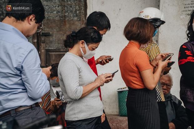 Người Hà Nội rồng rắn hết cả con phố, đợi nhận tem phiếu để mua khẩu trang vải sử dụng 30 lần - Ảnh 8.