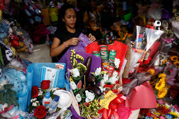 Valentine giữa dịch virus corona: Hàng triệu cặp đôi bật chế độ yêu xa, chùm hoa khẩu trang trở thành món quà trendy hàng đầu - Ảnh 7.