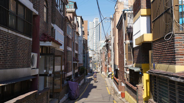 Nhà bán ngầm ở Seoul: Nơi người trẻ khom lưng mà sống, 'mùi của cái nghèo' rõ nhất vào hè nhưng họ vẫn từ chối biến thành 'ký sinh trùng' - Ảnh 4.