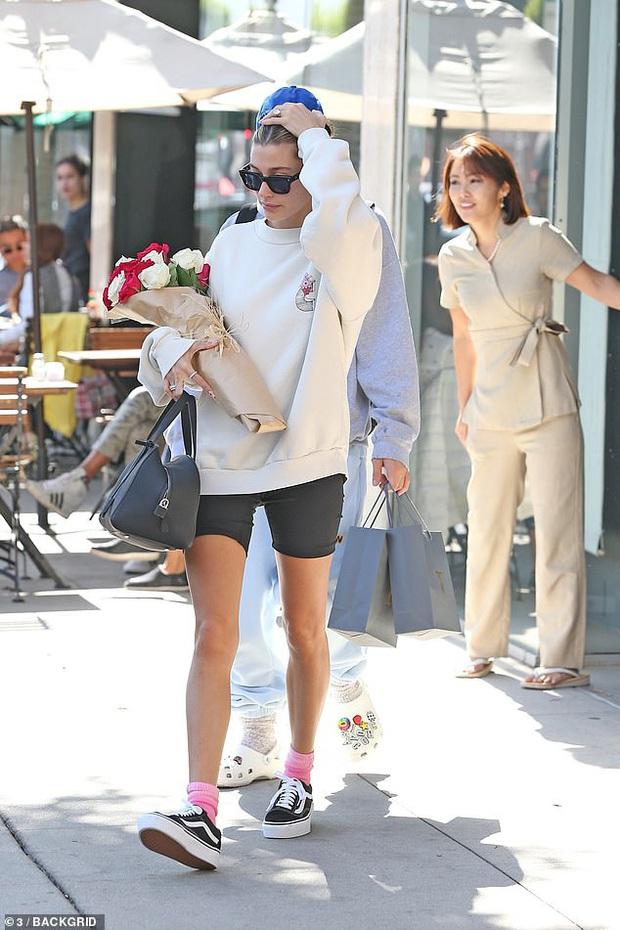 Anh chồng quốc dân Justin Bieber không làm fan thất vọng: Valentine tặng vợ hoa, nhưng biểu cảm Hailey sao thế này? - Ảnh 2.