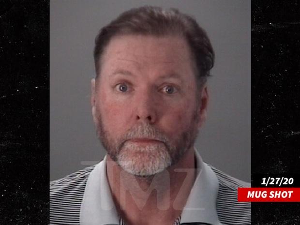 Ca sĩ nhạc đồng quê người Mỹ bị phát hiện đã tự tử bằng súng trong quá trình điều tra tội hiếp dâm trẻ em - Ảnh 2.