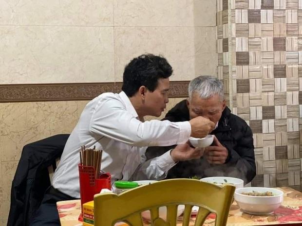 Xúc động hình ảnh người con trai bón cho cha già ăn từng thìa bún, thủ thỉ ân cần: Ngon không bố, hơn quê mình ấy nhỉ - Ảnh 3.