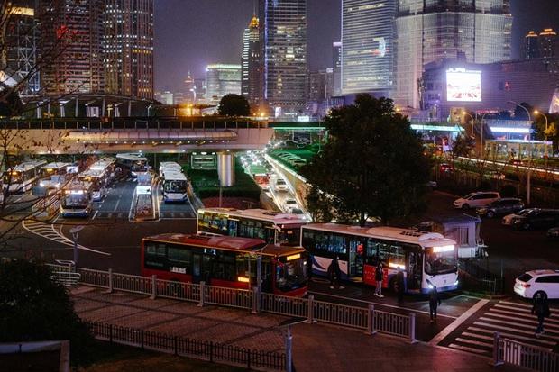 Cảnh tượng hiếm thấy: Hàng triệu người trở lại làm việc nhưng các siêu đô thị Trung Quốc vẫn chìm trong hôn mê vì dịch Covid-19 - Ảnh 23.
