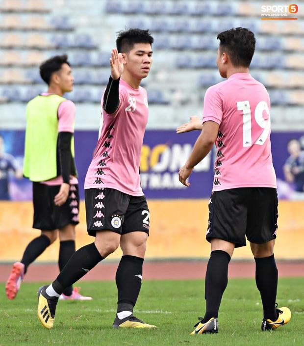 Quang Hải độc diễn, ông bố trẻ Hùng Dũng tập thêm hùng hục sau khi đã cày trọn vẹn buổi đá tập của Hà Nội FC  - Ảnh 4.