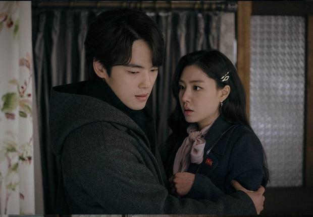 tvN tung ảnh preview tập 15 Crash Landing on You khó hiểu: Seo Ji Hye bỏ trốn cùng thánh lừa đảo ở nhà tranh của Hyun Bin? - Ảnh 2.