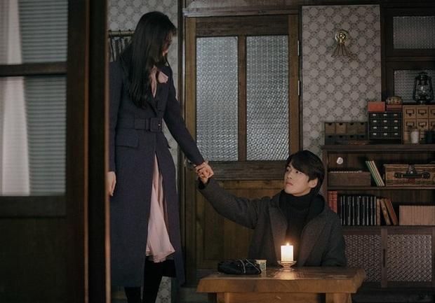 tvN tung ảnh preview tập 15 Crash Landing on You khó hiểu: Seo Ji Hye bỏ trốn cùng thánh lừa đảo ở nhà tranh của Hyun Bin? - Ảnh 3.