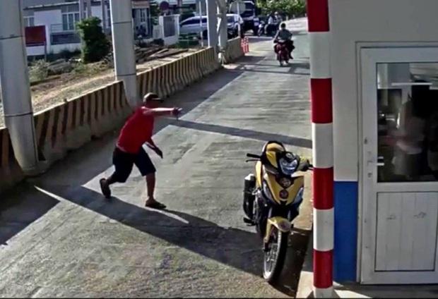 Người đàn ông mặc áo đỏ đại náo trạm thu phí BOT Ninh Xuân, 1 bảo vệ nhập viện - Ảnh 2.