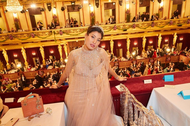 Hai nàng công chúa Thái Lan lại gây sốt với vẻ ngoài trái ngược nhau: Người sang chảnh quyến rũ, người thanh lịch khiêm nhường - Ảnh 1.