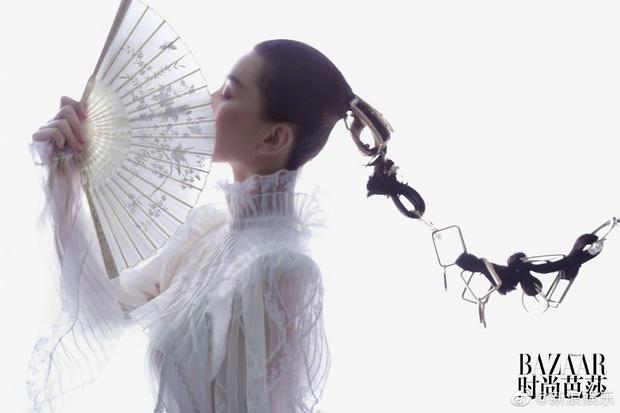 Lưu Thi Thi và bộ ảnh tạp chí đầu tiên sau sinh quý tử: Chẳng ai tin đây là bà mẹ bỉm sữa bởi sắc vóc quá nuột  - Ảnh 4.