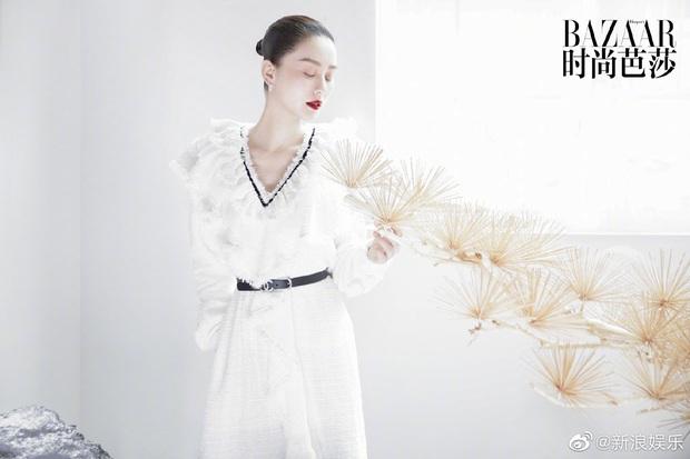 Lưu Thi Thi và bộ ảnh tạp chí đầu tiên sau sinh quý tử: Chẳng ai tin đây là bà mẹ bỉm sữa bởi sắc vóc quá nuột  - Ảnh 10.