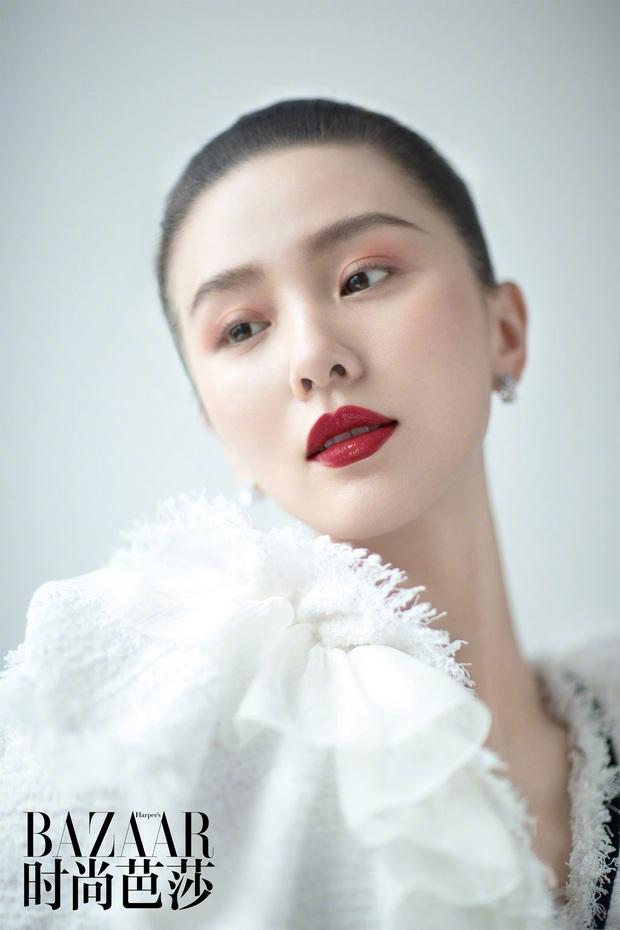 Lưu Thi Thi và bộ ảnh tạp chí đầu tiên sau sinh quý tử: Chẳng ai tin đây là bà mẹ bỉm sữa bởi sắc vóc quá nuột  - Ảnh 11.