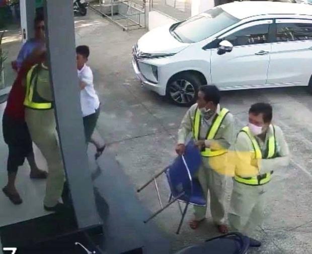 Người đàn ông mặc áo đỏ đại náo trạm thu phí BOT Ninh Xuân, 1 bảo vệ nhập viện - Ảnh 3.