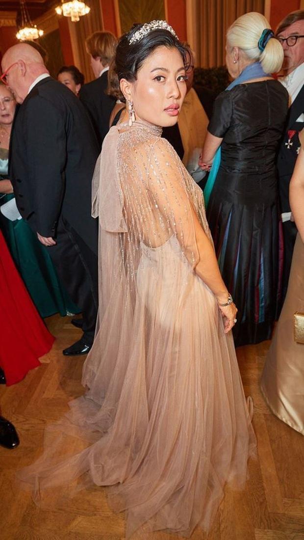 Hai nàng công chúa Thái Lan lại gây sốt với vẻ ngoài trái ngược nhau: Người sang chảnh quyến rũ, người thanh lịch khiêm nhường - Ảnh 3.