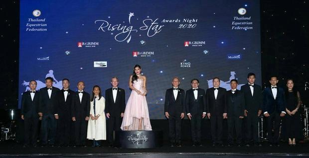 Hai nàng công chúa Thái Lan lại gây sốt với vẻ ngoài trái ngược nhau: Người sang chảnh quyến rũ, người thanh lịch khiêm nhường - Ảnh 6.