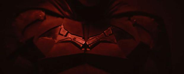 Loạt giả thuyết về bộ suit mới của Robert Pattinson ở The Batman: Logo được thiết kế lại là siêu vũ khí cực lợi hại? - Ảnh 7.