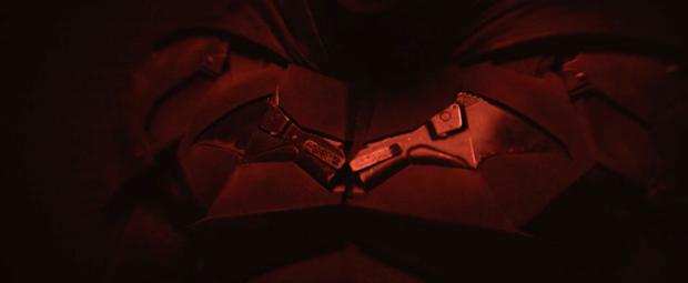 Loạt giả thuyết về bộ suit mới của Robert Pattinson ở The Batman: Logo được thiết kế lại là siêu vũ khí cực lợi hại? - Ảnh 8.