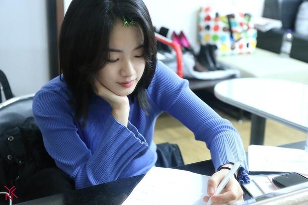Cô nàng chuyển giới siêu hot của Itaewon Class: Nhan sắc lạ, lột xác nhờ tóc dài và màn hôn môi đồng tính gây sốc - Ảnh 8.