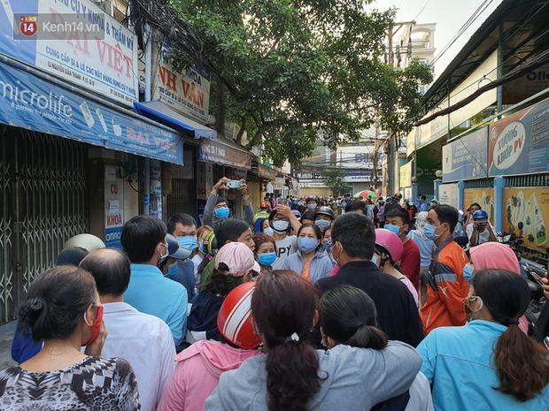 Ảnh: Vạ vật xếp hàng dài cả cây số từ sáng sớm để mua khẩu trang vẫn không được, người Sài Gòn ngán ngẩm ra về - Ảnh 9.