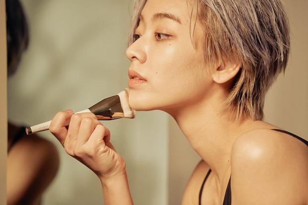 Cô nàng chuyển giới siêu hot của Itaewon Class: Nhan sắc lạ, lột xác nhờ tóc dài và màn hôn môi đồng tính gây sốc - Ảnh 11.