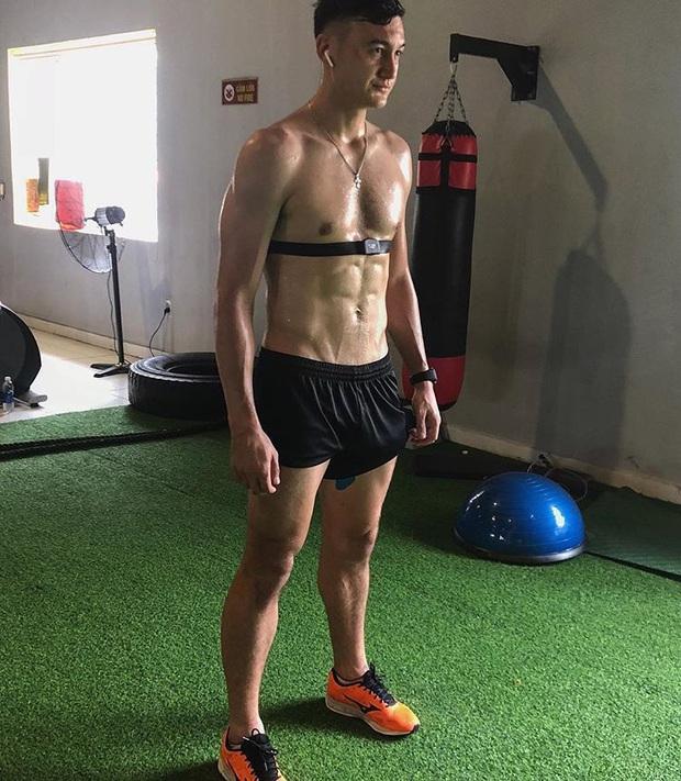 Cứ đầu mùa giải là Văn Lâm sẽ tập gym cật lực, fan lại có dịp bỏng mắt với thân hình 6 múi cực phẩm - Ảnh 2.