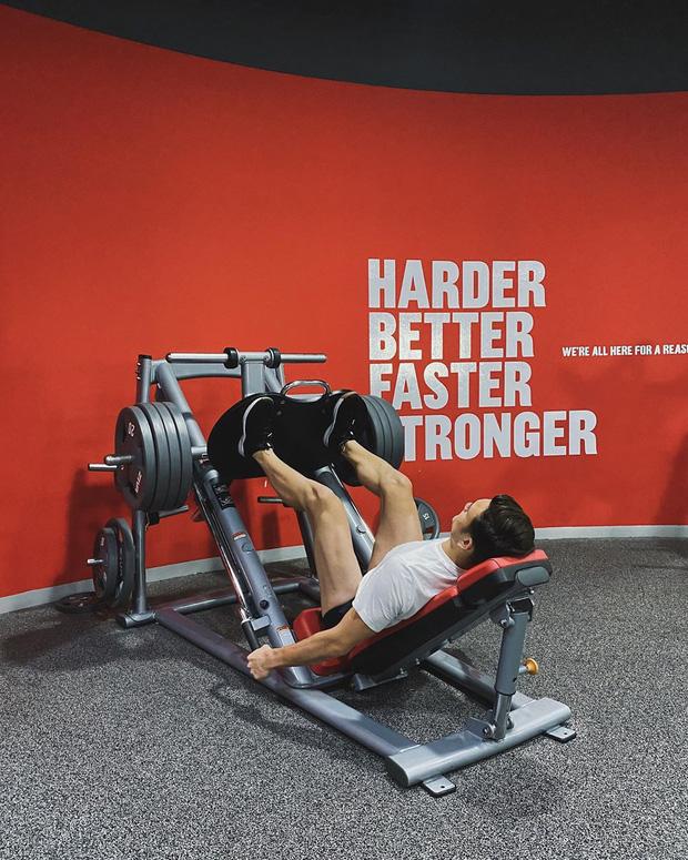 Cứ đầu mùa giải là Văn Lâm sẽ tập gym cật lực, fan lại có dịp bỏng mắt với thân hình 6 múi cực phẩm - Ảnh 3.
