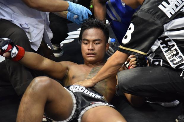 Chứng kiến một pha hạ đo ván chớp nhoáng, vị trọng tài có phản ứng không thể tin nổi, giúp võ sĩ tránh được chấn thương cực nặng - Ảnh 4.